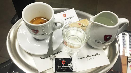 Proč podáváme Espresso konvičkou horké vody?